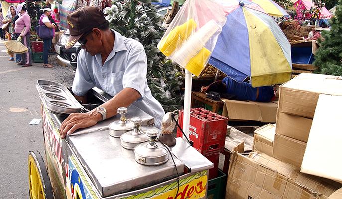 A vendor selling dirty ice cream (Photo: junpinzon / Shutterstock.com)
